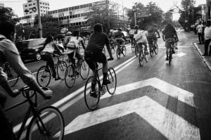 personas subidas en bicicletas por una calle