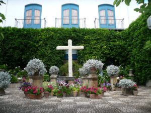 cruz de flores en un patio típicas de Córdoba en el mes de mayo