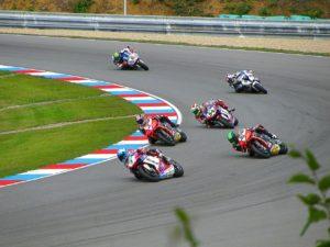 motos de carrera en un circuito