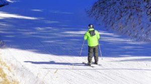 esquiador bajando una montaña de nieve