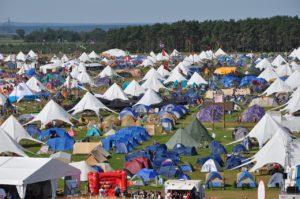 Tiendas de camping en una gran esplanada